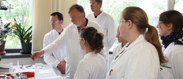 Labormitarbeiter mit Studierenden