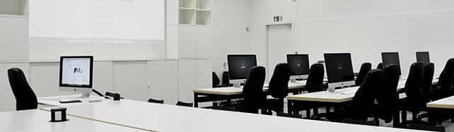 Innenansicht Computerpool mit Rechnern und Tischen